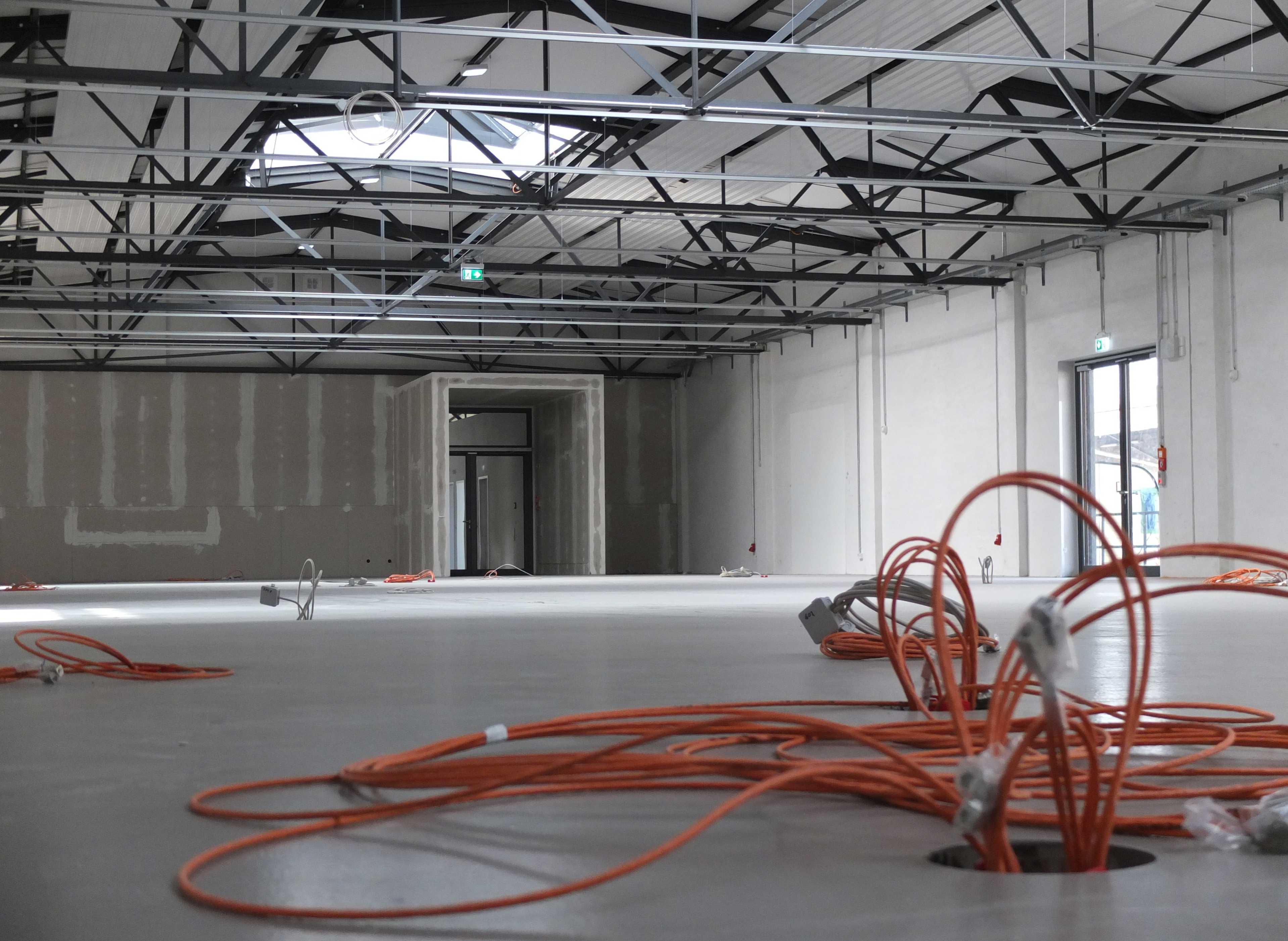 Im Moment sehen die Ausstellungshallen noch sehr leer aus. Das wird sich bald ändern. Foto: SDTB / Koller