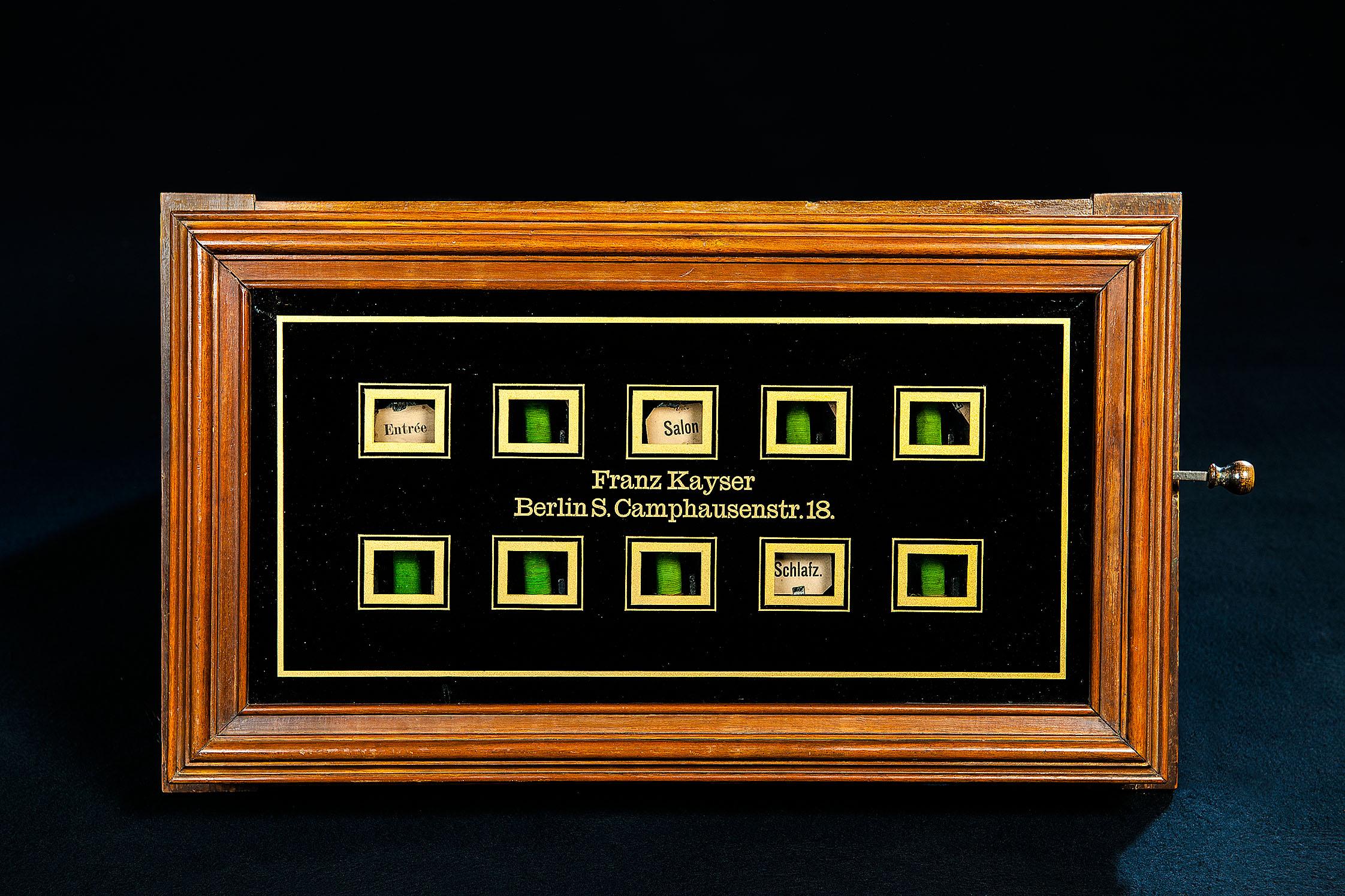 Fallklappentableau für die Haustelegrafie, um 1900, das bald in der Ausstellung zu sehen sein wird. Foto: SDTB / Kirchner