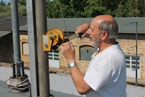 Antennenbauer Hanke richtet die Antenne auf